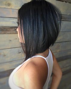 O corte chanel de bico é reto na nuca, mas pode ganhar algumas mechas desfiadas para garantir volume em cabelos muito lisos (Foto: Instagram @hairbyedwin)