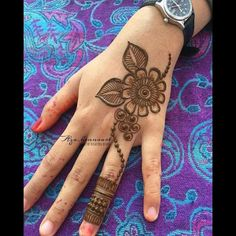 Mehndi henna designs are always searchable by Pakistani women and girls. Women, girls and also kids apply henna on their hands, feet and also on neck to look more gorgeous and traditional. Easy Mehndi Designs, Latest Mehndi Designs, Bridal Mehndi Designs, Pretty Henna Designs, Henna Tattoo Designs Simple, Floral Henna Designs, Mehndi Designs For Beginners, Henna Designs Easy, Beautiful Mehndi Design
