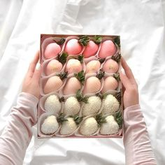 Image in Food / Yumii / Nourriture collection by Mouna DramaQueen Chocolate Dipped Strawberries, Chocolate Covered Strawberries, Strawberry Tower, Dessert Boxes, Cute Desserts, Edible Arrangements, Aesthetic Food, Cute Food, Beautiful Cakes