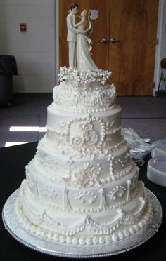 Traditional+white+wedding+cake+-+All+white+buttercream,5+Tiers,