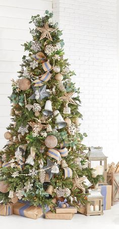 Most Beautiful Christmas Trees Christmas Celebrations 2018 38 Pre Decorated Christmas Tree, Pretty Christmas Trees, Cottage Christmas, Farmhouse Christmas Decor, Christmas Tree Themes, Outdoor Christmas Decorations, Country Christmas, Christmas Holidays, White Christmas