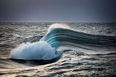 These Perfectly Timed Photos of Crashing Waves Are Incredible Water Waves, Ocean Waves, Ocean Sunset, Ocean Art, Waves Photography, Photography Basics, Photography Courses, Photography Lighting, Nature Photography