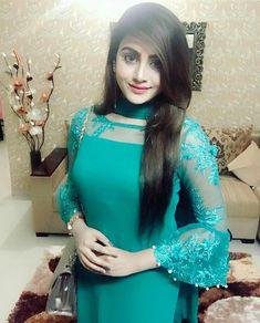 Este posibil ca imaginea să conţină: 1 persoană Sleeves Designs For Dresses, Neck Designs For Suits, Dress Neck Designs, Pakistani Dress Design, Pakistani Dresses, Indian Dresses, Pakistani Sharara, Net Dresses, Pakistani Bridal