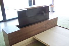 Hidden tv in foot board. Tv Escondida, Hidden Tv Cabinet, Tv Over Fireplace, Tv In Bedroom, Master Bedroom, Framed Tv, Tv Storage, Diy Cabinets, Bedroom Styles
