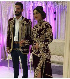 Algerian couple in Traditional dress Oriental Fashion, Asian Fashion, Hijab Fashion, Fashion Dresses, Moroccan Bride, Moroccan Dress, Abaya Designs, Caftan Dress, Pakistani Bridal