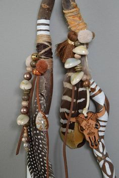 Talking sticks: a Native American way of saying who has the floor to speak. Also seen in group sharing guided learning activities in schools. Hand Carved Walking Sticks, Wooden Walking Sticks, Walking Sticks And Canes, Painted Driftwood, Driftwood Art, Articles En Bois, Talking Sticks, Spirit Sticks, Driftwood Projects