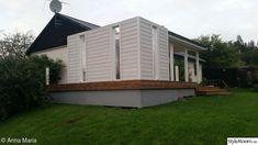 Altan bygge med tak och insynsskydd med smala fönster. - Hemma hos Happy1