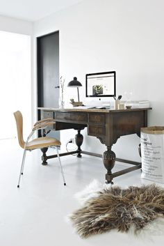 Elegant home office with an large old wooden desk, a modern leather chair, a paper bag and a fur. Cool Office Space, Office Workspace, Desk Space, Wood Interiors, Office Interiors, Interior Office, Design Interiors, Home Office Design, Home Office Decor