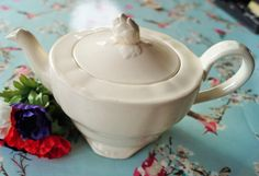 Vintage Marlborough Royal Petal creamware 6 cup teapot with distinctive bud shaped knob. Just perfect for afternoon tea or vintage wedding by Alexsprettyvintage on Etsy