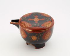 Spouted bowl with a high foot and lid, 19th or 20th century, Meiji, Taisho, or Showa era, H: 15.1 W: 23.5 cm © Smithsonian Institution  #Urushi, #Laque, #Japon, #Lacquer, #Japan