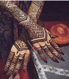 Stunning modern and delicate, yet intricate, mehendi / henna – I love this! Mehndi Design Photos, Mehndi Art Designs, Mehndi Patterns, Mehndi Images, Henna Tattoo Designs, Heena Design, Tattoo Ideas, Mehndi Tattoo, Henna Mehndi
