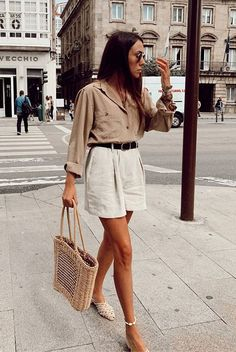 15 Beige And White Outfits To Wear From Summer To Fall Dorytrendy wearing a beige shirt, white shorts, white mules and a straw bag. Mode Outfits, Trendy Outfits, Party Outfits, Elegant Summer Outfits, Picnic Outfits, Party Outfit Summer, Party Outfit Casual, Summer Beach Outfits, Casual Summer Outfits Shorts