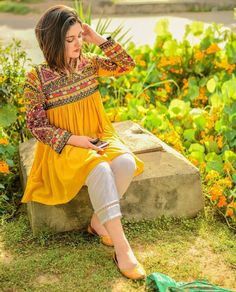 New Image : Pakistani fashion casual Pakistani Fashion Casual, Pakistani Dresses Casual, Pakistani Dress Design, Casual Dresses, Pakistani Mehndi Dress, Indian Designer Outfits, Indian Outfits, Designer Dresses, Mode Abaya