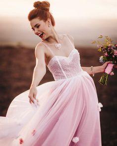Dia Internacional da Mulher   Inspire-se em noivas que ousaram no casamento Ball Gowns, Formal Dresses, Manicure, Fashion, Wedding Blog, Bride Groom Dress, Plus Size Brides, International Women's Day, Dance Dresses