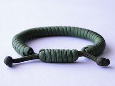 """How to Make a """"Common Whipping Knot"""" Paracord Survival Bracelet/Common Whipping Sliding Knot - How to Make a Fishtail Knot and Loop Paracord Survival Bracelet « Clean Way Paracord Bracelet Instructions, Paracord Tutorial, Bracelet Tutorial, Bracelet Fil, Bracelet Knots, Paracord Bracelets, Survival Bracelets, Hemp Bracelets, Crochet Bracelet"""
