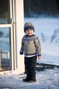 91007. ISLÄNDSK TRÖJA I RAGGI ALT. LÉTT LOPI Knitting For Kids, Knitting Projects, Fair Isle Knitting Patterns, Icelandic Sweaters, Drops Design, Knitted Hats, Free Pattern, Knit Crochet, Winter Hats