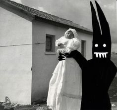 In his Shedim photo series, Aaron B. Heimlich alters his photos by substituting people with a funny looking character. According to Heimlich, it's a Shedim Arte Horror, Horror Art, Evil Bunny, Altered Images, Creepy Art, Dark Photography, Creative Photos, Nice Photos, Photo Series