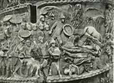Particolare della colonna di Marco Aurelio. La figura in alto a destra rappresenta un'alluvione che si dice abbia miracolosamente salvato i soldati romani provocando annegamenti e distruzioni nelle file nemiche. Questo fregio in particolare è emblema di una maggiore penetrazione del'irrazionale nella cultura romana, evidente anche nel chiaroscuro più violento e nella presenza di rilievi più alti rispetto a quelli della colonna traiana.
