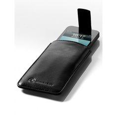 Custodia nera è realizzata in pelle di vitello zigrinata. Una particolarità della custodia è la linguetta magnetica per estrarre l'iPhone® e richiudere la custodia.