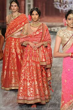 How stunning is this Tarun Tahiliani red banarasi lehenga for a wedding outfit #Frugal2Fab