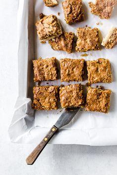 Recipe for Coconut bars with gooseberry jam Coconut Bars, Coconut Recipes, Baking Recipes, Brownie Recipes, Cake Recipes, Dessert Recipes, Desserts, Gooseberry Jam, Vegan Protein Bars