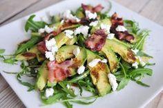 Deze salade met avocado in de hoofdrol is verrukkelijk, heel voedzaam en vult goed. Het is dan ook een van onze favoriete salade recepten aufstrich recipes salat Tapas, I Love Food, Good Food, Yummy Food, Healthy Snacks, Healthy Eating, Healthy Recipes, Salade Healthy, Happy Foods