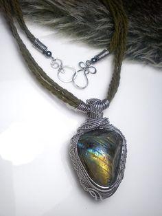 Wire work stainless steel necklace diy with labradorite. Galéria autorských šperkov, ručne robené drôtené šperky, prívesky s minerálmi, šperky s kameňom.