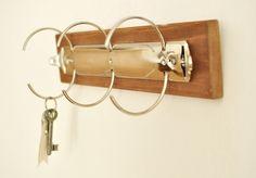 Dieses Schlüsselbrett aus Holz mit einer alten Ordner-Mechanik wäre auch eine gute Idee zur Ketten-Aufbewahrung ... gesehen bei Barde auf