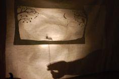 histoire-pour-halloween   On a découpé un décor et des personnages.  Qu'on le fasse a la main ou avec une machine de découpe, ce qui importe c'est que le decor soit en papier épais et ait une bordure pour une bonne tenue. Les personnages sont découpés et fixés avec du scotch/ de la pate a fixe sur des pics en bois.  Étape 3: rassembler le matériel  Ensuite, on a recupéré un drap