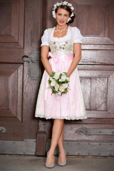 Find the perfect wedding dirndl - great designs and practical tips Sexy Dresses, Cute Dresses, Flower Girl Dresses, Short Sleeve Dresses, Traditional German Clothing, Traditional Dresses, German Outfit, Most Beautiful Dresses, Sweet Dress