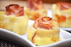 Puff pastry roses with ham and Provola cheese will be an excellent starter to open lunch or dinner or to enrich a buffet of appetizers. Ham And Cheese, Macaroni And Cheese, Rose Pasta, Puff Pastry Pizza, Starter Dishes, Antipasto, Party Finger Foods, Aesthetic Food, Food Humor