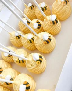 Dekoration Bee Cake DESSERT Hunny Ideas Pictures pops Sum Today[New] The 10 Best Dessert Ideas Today (with Pictures) Hunny bee cake pops Bee Cake Pops, Yellow Cake Pops, Bumble Bee Cupcakes, Ladybug Cupcakes, Kitty Cupcakes, Snowman Cupcakes, Giant Cupcakes, Baby Shower Cakes, Baby Shower Parties