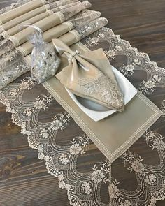Burlap Crafts, Diy Home Crafts, Sewing Crafts, Dinner Tables Furniture, Table Setting Inspiration, Fabric Placemats, Burlap Table Runners, House Plants Decor, Baby Girl Crochet