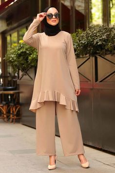 Nayla Collection - Fırfır Detaylı Bej Tesettür Takım 153BEJ Modest Fashion Hijab, Abaya Fashion, Fashion Dresses, Fancy Tops, Muslim Dress, Islamic Fashion, Black Tunic, Mode Hijab, Lady