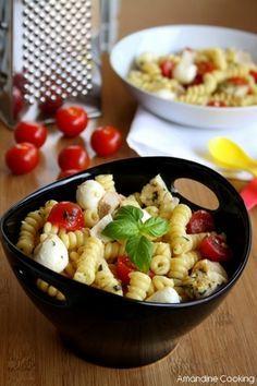 Salade de pâtes au poulet, pesto, tomates cerise et mozzarella