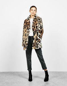 Παλτό γούνα λεοπάρ. Ανακαλύψτε το μαζί με πολλά άλλα ρούχα στο Bershka, με νέες παραλαβές κάθε εβδομάδα.