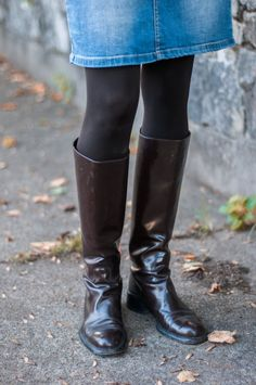 How To Wear Tall Boots Without Looking Like A Sorority Girl Look Rock, Skirts With Boots, Jeans And Boots, Mini Skirts, Brown Riding Boots, Chunky Shoes, Cool Boots, Black Leather Boots, Skirt Fashion