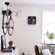 Awesome photo showing how the @cycloc can be a real feature in your living room! || #fixationlondon #backonthebike