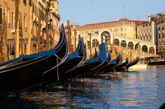El #PuenteRialto, uno de los cuatro puentes que cruzan el #GranCanal de #Venecia. http://www.venecia.travel/lugares-para-visitar/puente-rialto/