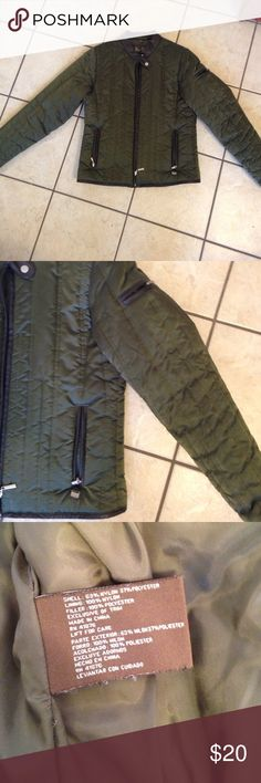 Lightweight Coat🎉 This is a really nice lightweight coat in an army green color. 2 normal pockets and a pocket on one sleeve. Excellent condition from a non smoking home. Big Chill Jackets & Coats