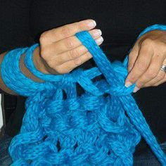 Arm knitting finger knitted chain- arm knitting con una catena fatta con finger knitting!