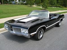 Olds Rocket @ Turbohydramatic trans, rare 12 bolt rear diff, mirror finish Ebony black paint w/white stripes, black bucket seat interior w/. Best Muscle Cars, American Muscle Cars, Sexy Cars, Hot Cars, Convertible, Ultimate Garage, Oldsmobile Cutlass, Unique Cars, Performance Cars