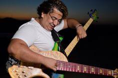 """Reconhecido baixista em todo o país, Sérgio Groove se apresenta no projeto Som da Mata. O show acontece neste domingo de eleição, dia 5, às 16h, no Parque das Dunas. A entrada do parque custa R$ 1 e o show é catraca livre. Acompanhado por Raniere Mazille na guitarra, Ozi Cavalcante no trompete e Darlan...<br /><a class=""""more-link"""" href=""""https://catracalivre.com.br/natal/agenda/gratis/sergio-groove-faz-show-no-som-da-mata-deste-domingo/"""">Continue lendo »</a>"""