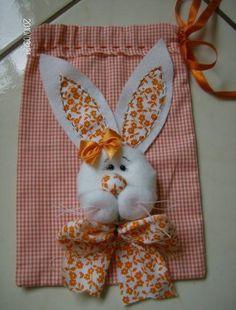 Saco para chocolates,doces, em tecido de algodão.fuxicos com enchimento com fibra, laço ,fechamento franzido,com fita de cetim.muito alegre,pode ser feito do tamanho do ovo de páscoa, e nas cores a escolher. R$18,00 Felt Crafts, Diy And Crafts, Arts And Crafts, Baby Bunnies, Easter Bunny, Felt Patterns, Sewing Patterns, Felt Fabric, Kids Bags