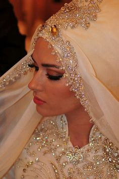 i love this omg Bridal Hijab, veil, headscarf, hijabi bride Bridal Hijab, Muslim Wedding Dresses, Hijab Bride, Wedding Hijab, Wedding Dress Trends, Bridal Dresses, Moslem, Muslimah Wedding, Bride Veil