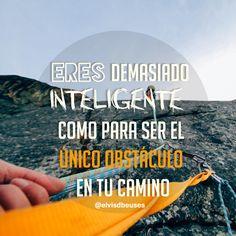 Eres demasiado inteligente como para ser el único obstáculo en tu camino. Frases de inspiración para emprendedoras.