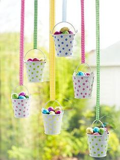 Induge in the beauty of Spring season with Easter Window decorations. Do window decorations for your home. Check out DIY Easter Window decorations here. Easy Easter Crafts, Easter Projects, Easter Decor, Spring Window Display, Window Displays, Making Easter Eggs, Decoration Vitrine, Diy Ostern, Easter Parade