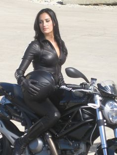 bikes-n-girls: Biker girl . Lady Biker, Biker Girl, Motard Sexy, Motos Vespa, Motos Vintage, Chicks On Bikes, Motorbike Girl, Motorcycle Girls, Classic Motorcycle