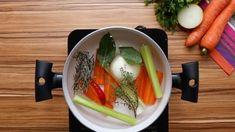 1. Em uma panela em fogo baixo com água, coloque a cenoura, o salsão, a cebola, o alecrim, o tomilho, o louro, a pimenta-de-moça, o sal, a pimenta e tampe.2. Deixe cozinhar por 10 minutos. Reserve e mantenha aquecido.3. Em uma panela em fogo médio, coloque o bacon e frite até ficar dourado. Retire da panela e reserve.4. Coloque a cebola e refogue por 2 minutos ou até ficar macia. Adicione o arroz arbóreo e refogue por 2 minutos. 5. Adicione o vinho branco e mexa até ele começar a evaporar.6…