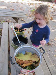 www.kommee.com | Buitenspelen | roeren in potten & pannen Outdoor Learning, Autumn Crafts, High Five, Play To Learn, Activities For Kids, Preschool, Reggio, Children, Projects
